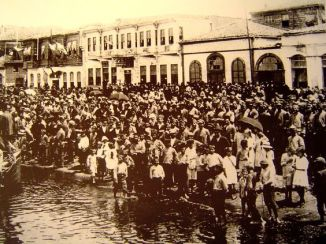 Refugees congregate on the seafront  Smyrna 1922 (2)